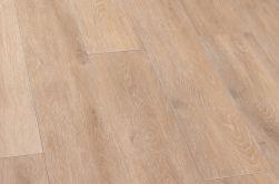 Podłoga w kolorze jasnego brązu ułożona z płytek imitujących drewno Viggo Arce 20x120