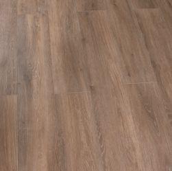 Kompozycja podłogowa stworzona z drewnopodobnych płytek w kolorze brązowym Viggo Roble 20x120