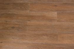 Podłoga stworzona z płytek imitujących drewno w kolorze brązu Viggo Fresno 20x120