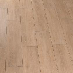 Kompozycja stworzona z płytek podłogowych gresowych drewnopodobnych jasnobrązowych Viggo Arce 20x75