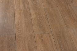 Podłoga ułożona z brązowych płytek imitujących drewno widzianych pionowo Viggo Fresno 20x75