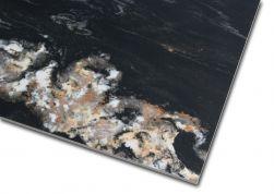 Zbliżenie na detale płytki imitującej marmur czarnej z połyskiem Leeds Negro 60x120