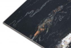 Zbliżenie na kant płytki marmuropodobnej czarnej w połysku Leeds Negro 60x120