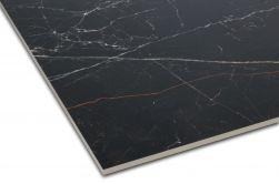 Zbliżenie na detale płytki imitującej marmur czarnej z białymi żyłami Strom 60x120