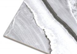Zbliżenie na detale biało-czarnej płytki imitującej marmur At.Shu Mate 60x120