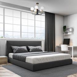 Szara sypialnia z szarym łóżkiem, dużym oknem i biało-czarnym żyrandolem