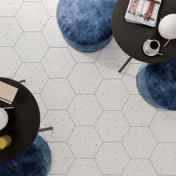 podłoga w płytkach terrazzo white colours