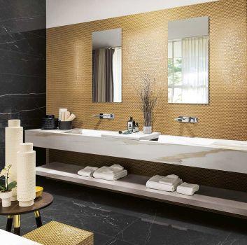 Czarno-złota łazienka z marmurową wanną wolnostojącą, marmurowym blatem z wbudowanymi umywalkami i dwoma prostokątnymi lustrami