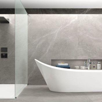 Szara łazienka z dużym prysznicem, wanną wolnostojącą i roślinami