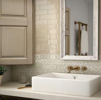 Beżowa łazienka z beżowym blatem z umywalką nablatową, drewnianym lustrem oraz oknem