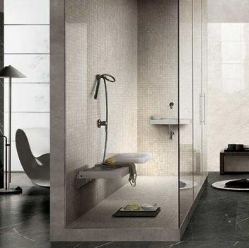 Szaro-beżowa łazienka z toaletą, dużym prysznicem oraz dwoma umywalkami