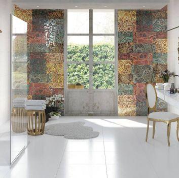Biała łazienka prysznicem, marmurowym blatem i eleganckim krzesłem
