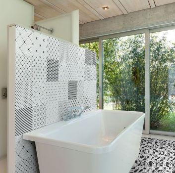 Biała łazienka z wanną wolnostojącą, schowanym za ścianą prysznicem oraz dużymi oknami
