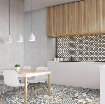 Szara kuchnia z biało-drewnianymi meblami, drewnianym stołem i białymi krzesłami