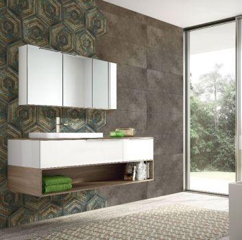 Brązowa łazienka z wanną wolnostojącą, drewnianą półką z umywalką nablatową oraz przejściem do toalety