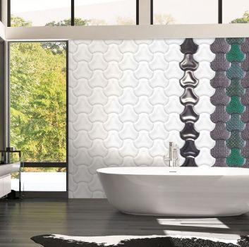 Biało-szara łazienka z wanną wolnostojącą, białą szafką z umywalką nablatową oraz dużą ilością okien
