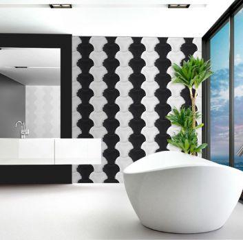 Biało-czarna łazienka z wanną wolnostojącą, białym, długim blatem z wbudowaną umywalką oraz dużym lustrem