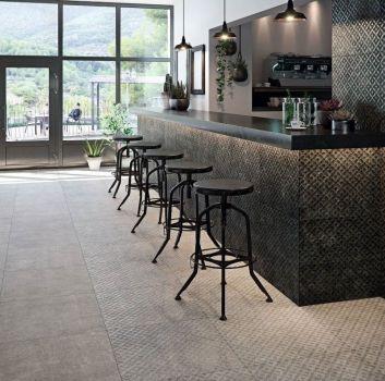 Grafitowo-beżowa restauracja z drewnianym blatem, hokerami oraz stolikami i krzesłami