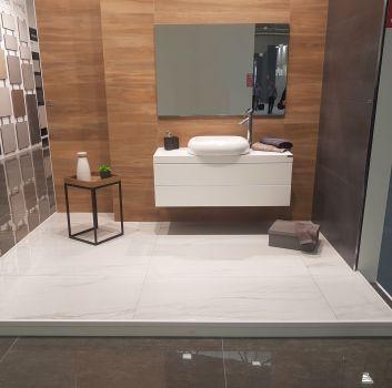 Brązowa łazienka z białą szafką, umywalką nablatową i dużym lustrem