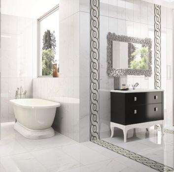 Biała łazienka z wanną wolnostojącą, prysznicem i drewnianą półką z wbudowaną umywalką