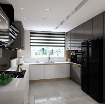 Biała kuchnia z grafitowo-białymi meblami, dużą czarną lodówką oraz oknem z roletą