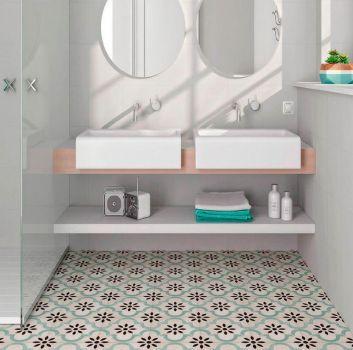 Biała łazienka z prysznicem, drewnianym blatem z dwoma umywalkami nablatowymi oraz oknem