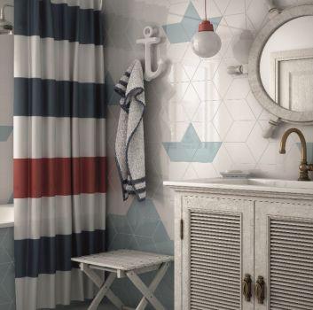 Biało-niebieska łazienka z zabudowaną wanną, szarą szafką z wbudowan a umywalką i marynistycznymi dodatkami
