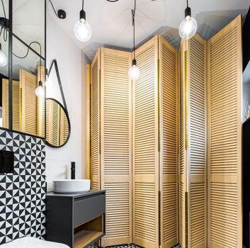 Biało-czarna łazienka z toaletą, czarną szafką z umywalką nablatową oraz drewnianymi, stojącymi panelami