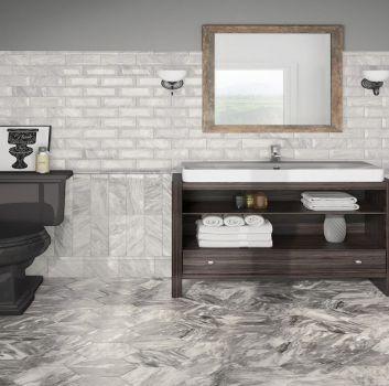 Szara łazienka z drewnianą półką z umywalką nablatową, czarną toaletą oraz oknem