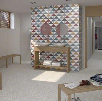 Multikolorowa łazienka z drewnianymi ławeczkami, drewnianą szafką z dwoma umywalkami nablatowymi oraz oknem z drewnianą roletą