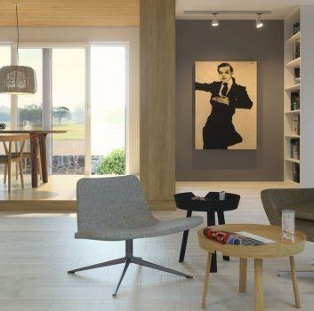 Szary salon z dużą ilością półek, dwoma fotelami i dwoma stolikami