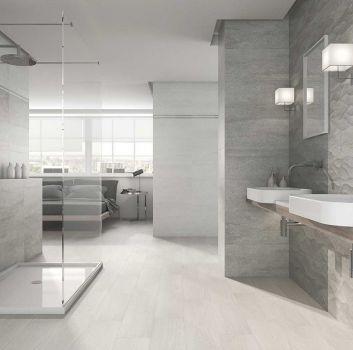 Szara łazienka z prysznicem pośrodku, drewnianym blatem na którym są dwie umywalki nablatowe oraz dwoma lustrami