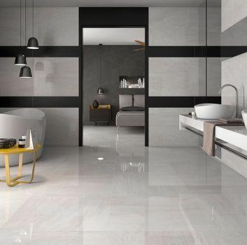 Biało-czarna łazienka z wanną wolnostojącą, białym blatem z dwoma umywalkami nablatowymi oraz prostokątnym lustrem rozciągniętym przez całą długość blatu