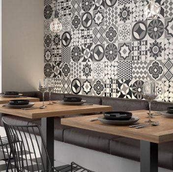 Biało-czarna restauracja z drewnianymi stolikami, grafitowymi siedziskami oraz geometrycznymi krzesłami
