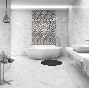 Biała łazienka z wanną wolnostojącą, białym blatem z umywalką nablatową oraz srebrnym stoliczkiem