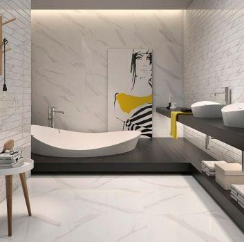 Biała łazienka z zabudowaną wanną, drewnianym blatem na którym stoją dwie umywalki nablatowe oraz drewnianym stoliczkiem