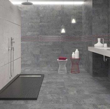 Biało-szara łazienka z otwartym prysznicem, białym blatem z wbudowanymi umywalkami oraz geometrycznymi stolikami