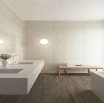 Beżowa łazienka z zabudowaną wanną, blatem z dwoma zabudowanymi umywalkami i beżową ławką pełniącą funkcję półki