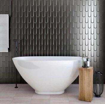 Szara łazienka z wanną wolnostojącą, drewnianym stoliczkiem oraz wąskim oknem