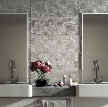Biało-szara łazienka z szarym blatem, dwoma wbudowanymi umywalkami i dwoma prostokątnymi lustrami