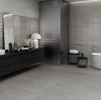 Szara łazienka z wanną wolnostojącą, drewnianą półką z umywalką nablatową i geometrycznymi stoliczkami