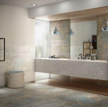 Multikolorowa łazienka z dużym, marmurowym blatem i prostokątnym lustrem na środku oraz drewnianymi półkami na ścianie