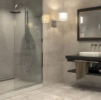 Beżowa łazienka z dużym prysznicem, podwójnym blatem z umywalką oraz lustrem