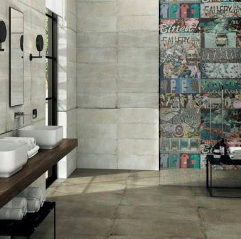 Kremowa łazienka z ścianą z graffiti, drewnianym blatem z dwoma umywalkami nablatowymi oraz oknem
