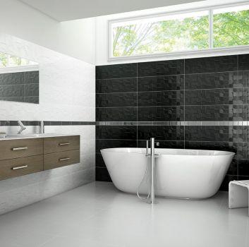Biało-czarna łazienka z lustrzanym paskiem pośrodku ścian, wanną wolnostojącą oraz brązowymi półkami