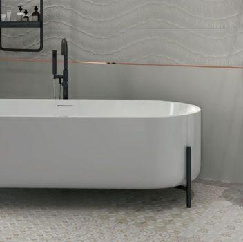 Biała łazienka z wanną wolnostojącą, umywalką wiszącą oraz geometrycznymi szafkami