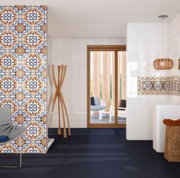 Multikolorowa łazienka z dwoma wolnostojącymi umywalkami oraz bambusowymi dodatkami