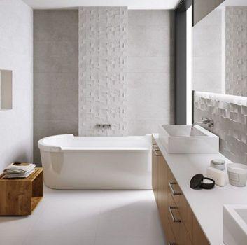 Szaro-biała łazienka z wanną wolnostojącą i dwoma umywalkami nablatowymi oraz drewnianymi półkami