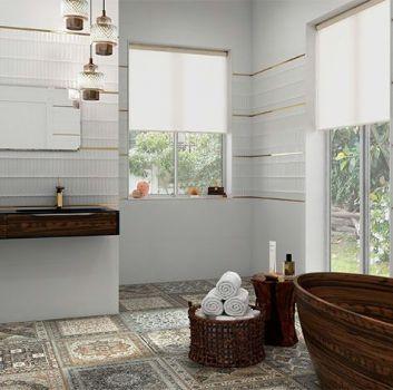 Biała łazienka z drewnianą wanną, drewnianym blatem z dwoma zabudowanymi umywalkami oraz dwoma oknami
