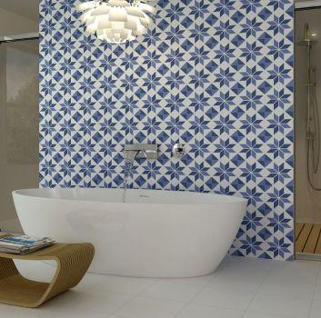Niebiesko-biała łazienka z wanną wolnostojącą a za tą ścianą jest ogromny prysznic